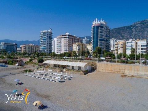 Yekta Homes plajı ve iskelesi Yekta Queen'in hemen karşısında yer almaktadır